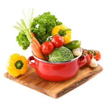 Legumes frescos em uma panela vermelha