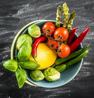 Legumes frescos em uma tigela