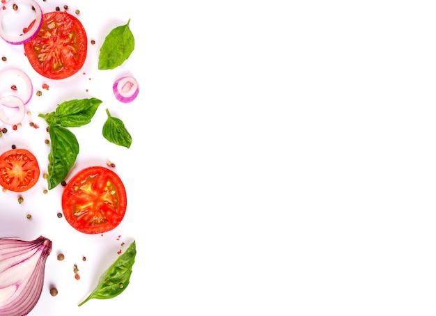 Legumes frescos, ervas e especiarias isoladas em branco