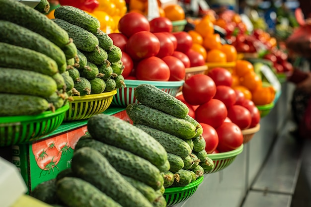 Legumes frescos estão sendo vendidos no mercado.