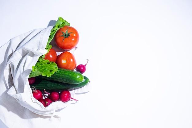 Legumes frescos, folhas de alface em uma sacola de compras. vista superior, configuração plana