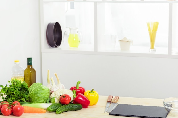 Legumes frescos na mesa da cozinha. comida saudável