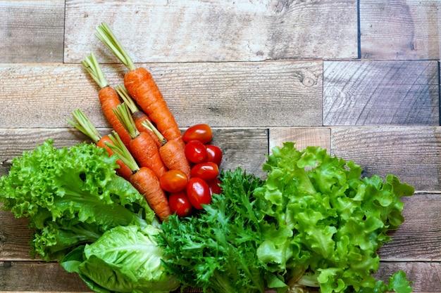 Legumes frescos na mesa de madeira, como tomate, alface, cenoura, repolho branco branco chinês