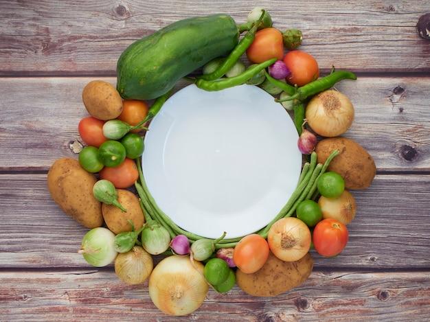 Legumes frescos na mesa de madeira velha