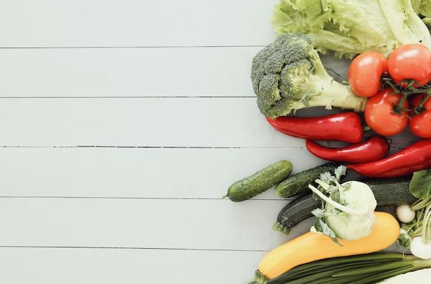 Legumes frescos na mesa de madeira