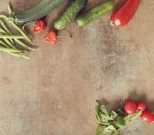 Legumes frescos na mesa enferrujada