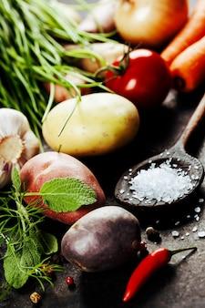 Legumes frescos na mesa escura