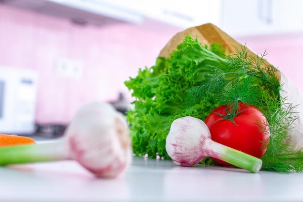 Legumes frescos orgânicos em saco de papel para cozinhar pratos de vegetais e saladas na cozinha