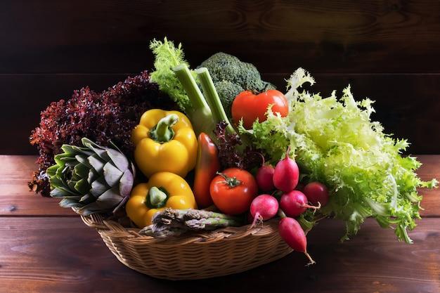 Legumes frescos orgânicos na cesta