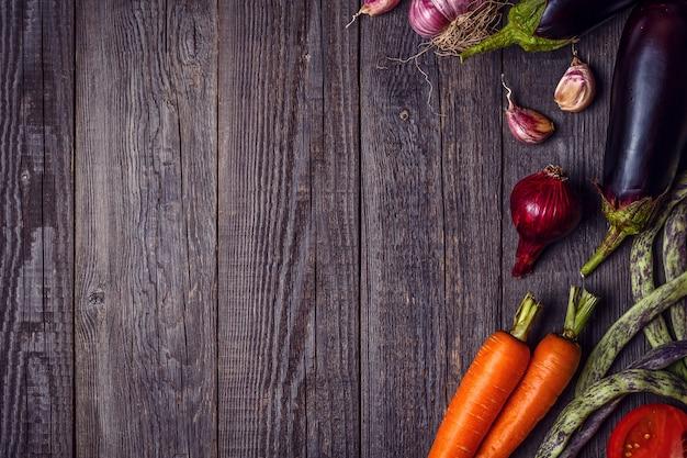 Legumes frescos para cozinhar na mesa de madeira escura