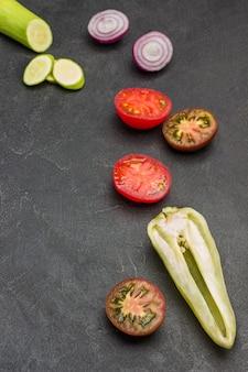 Legumes frescos picados, tomates, pimentões, cebolas e abobrinhas.