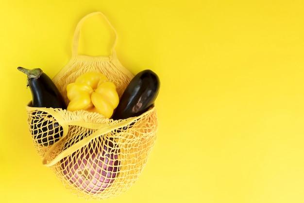 Legumes frescos, produtos de jardim, comer limpo e conceito de dieta. vegetal em um saco de algodão líquido