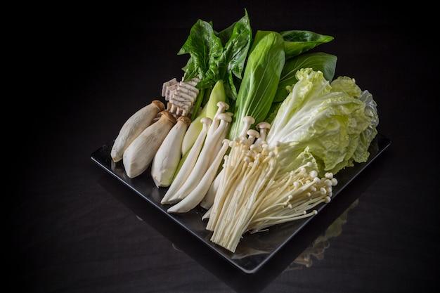 Legumes frescos, vegetais crus japoneses de shabu shabu, grupo do vegetal de sukiyaki
