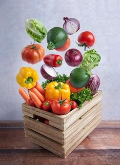 Legumes frescos voando em uma caixa de madeira