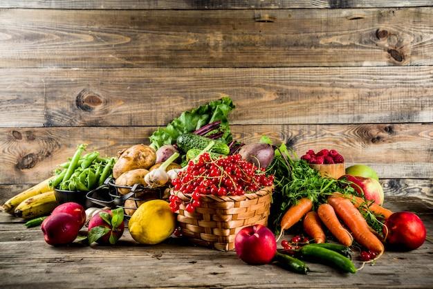 Legumes, frutas e bagas frescas no verão