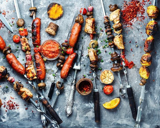 Legumes grelhados, carne e salsicha
