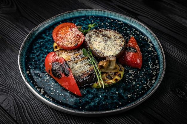Legumes grelhados em mesa de madeira escura