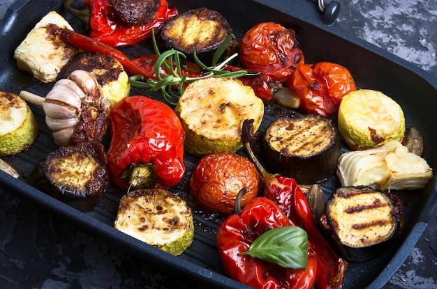 Legumes grelhados em uma frigideira