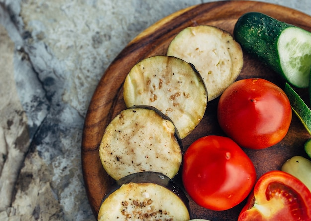 Legumes grelhados na tábua de madeira escura