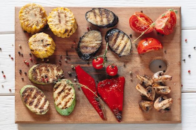 Legumes grelhados na tábua de madeira
