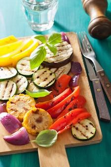 Legumes grelhados saudáveis na tábua