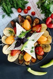 Legumes grelhados servidos com lavash e verduras