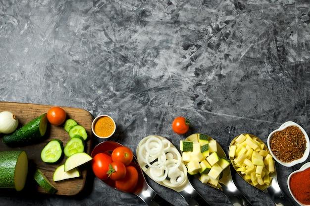 Legumes . legumes frescos (pepinos, tomates, cebolas, alho, endro, feijão verde) sobre um fundo cinza. vista do topo. copyspace