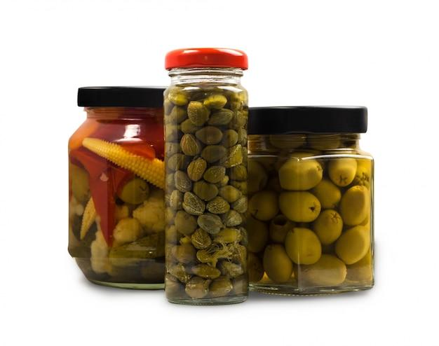 Legumes marinados e enlatados ou picles. alimentos fermentados em potes de vidro isolados com trajeto de grampeamento