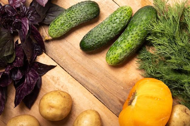 Legumes na madeira, alimentos saudáveis, ervas e especiarias.