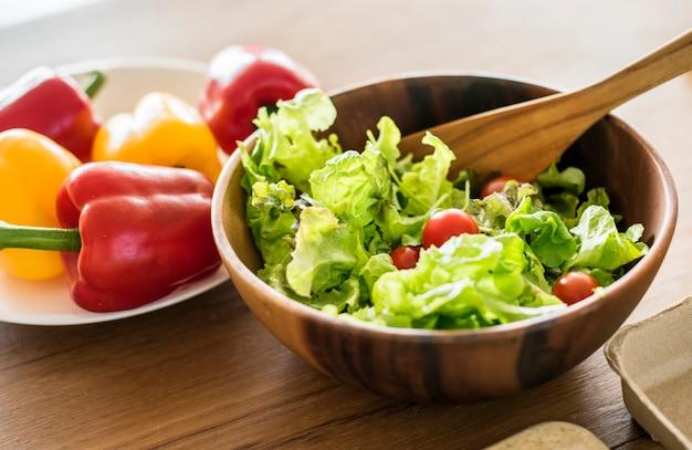 Legumes na mesa da cozinha