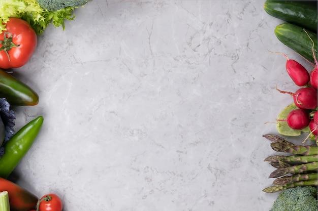 Legumes na superfície cinza