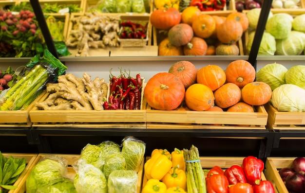 Legumes no balcão no supermercado.