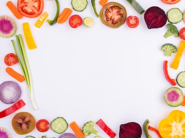 Legumes orgânicos, com espaço de cópia em cima da mesa