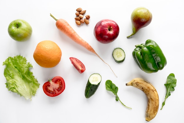 Legumes orgânicos frescos e frutas isoladas sobre o pano de fundo branco