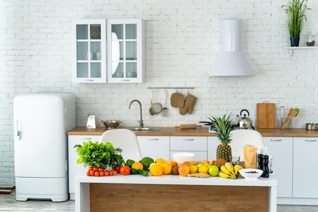 Legumes orgânicos frescos e frutas na mesa