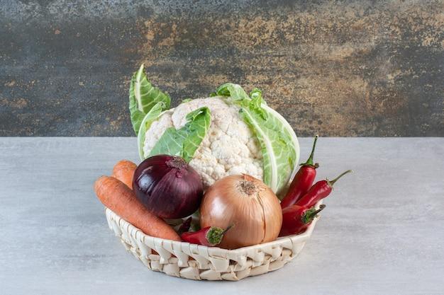 Legumes orgânicos frescos em uma cesta de madeira. foto de alta qualidade