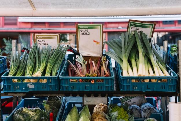 Legumes orgânicos frescos na caixa na tenda do mercado