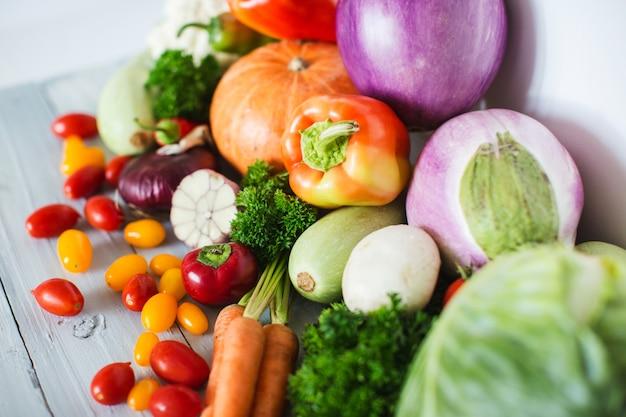 Legumes orgânicos frescos na madeira. comida saudável.