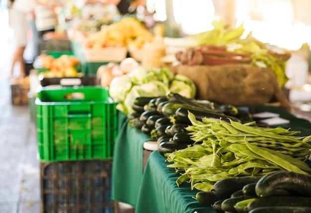 Legumes orgânicos frescos no mercado local de alimentos