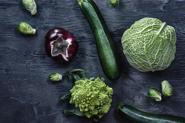 Legumes orgânicos na mesa de madeira. vista do topo