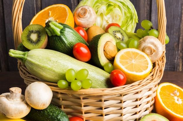 Legumes orgânicos naturais frescos coloridos e frutas na cesta