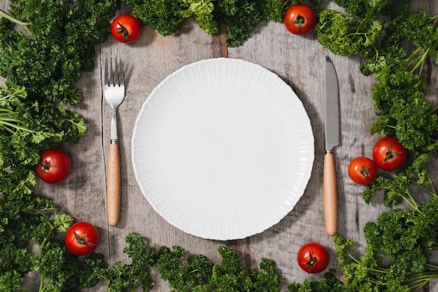 Legumes orgânicos sazonais frescos, talheres de ingredientes e cozinha marcada guardanapo na luz de fundo rústico, vista superior, quadro. alimentação saudável ou conceito de comida limpa.