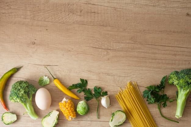 Legumes ovo e milho na mesa com espaço de cópia