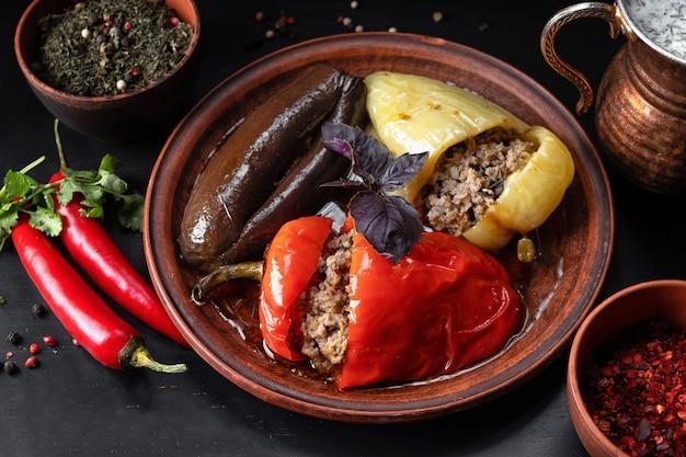 Legumes recheados (dolma) com especiarias