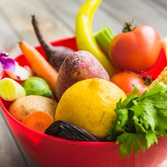 Legumes saudáveis frescos na tigela