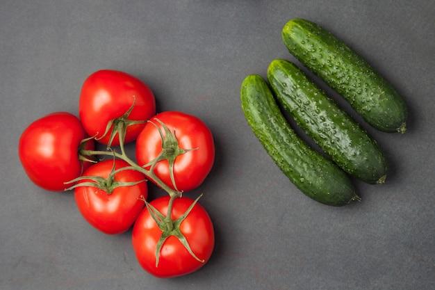Legumes saudáveis frescos - pepino e tomate. vista do topo.