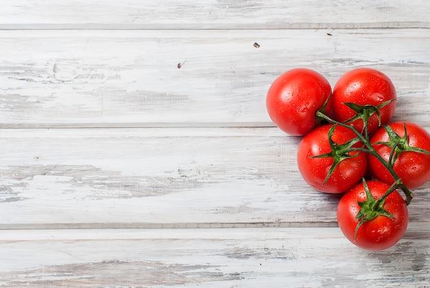 Legumes sazonais, tomate cereja em um galho.