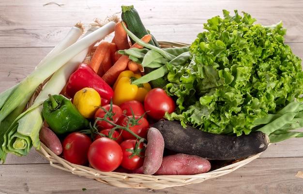 Legumes sazonais, tomates, pimentas e outros