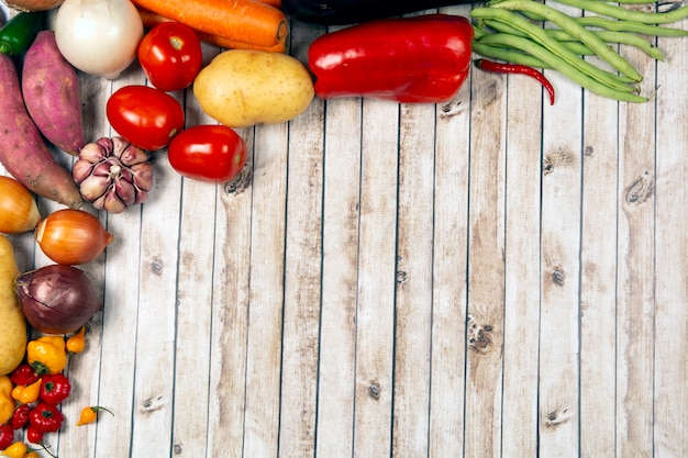 Legumes sobre fundo de madeira