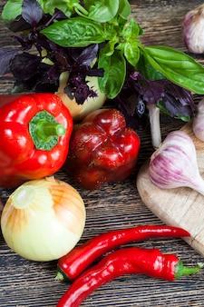 Legumes sujos não lavados na cozinha, a partir dos quais os alimentos e pratos serão preparados